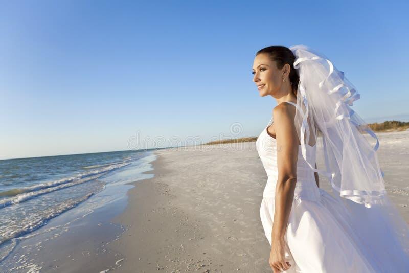 strandbrudbröllop royaltyfri fotografi