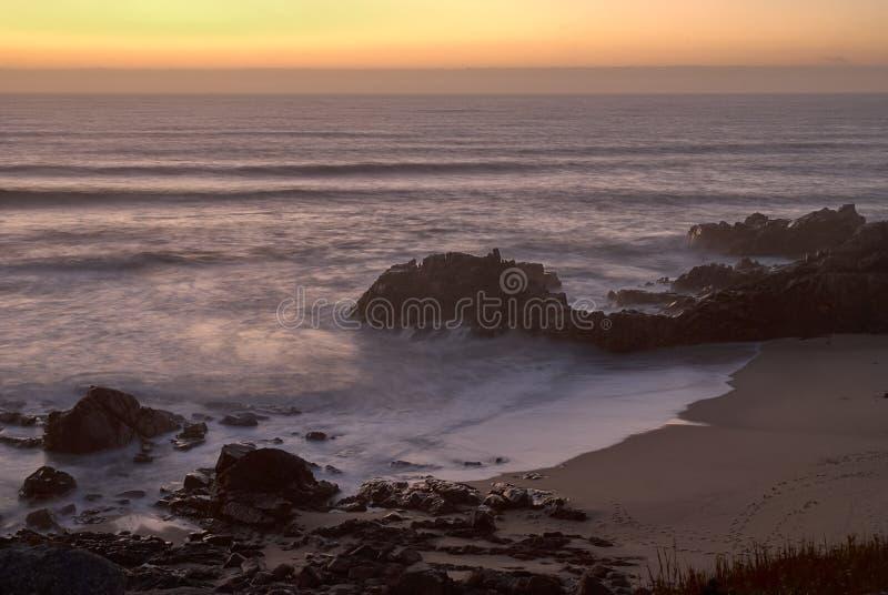 Strandbucht mit orange Licht des Sonnenuntergangs stockfotos