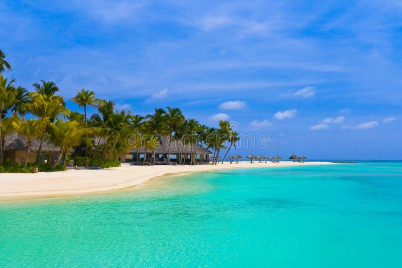 Strandbungalowe auf einer tropischen Insel stockbilder