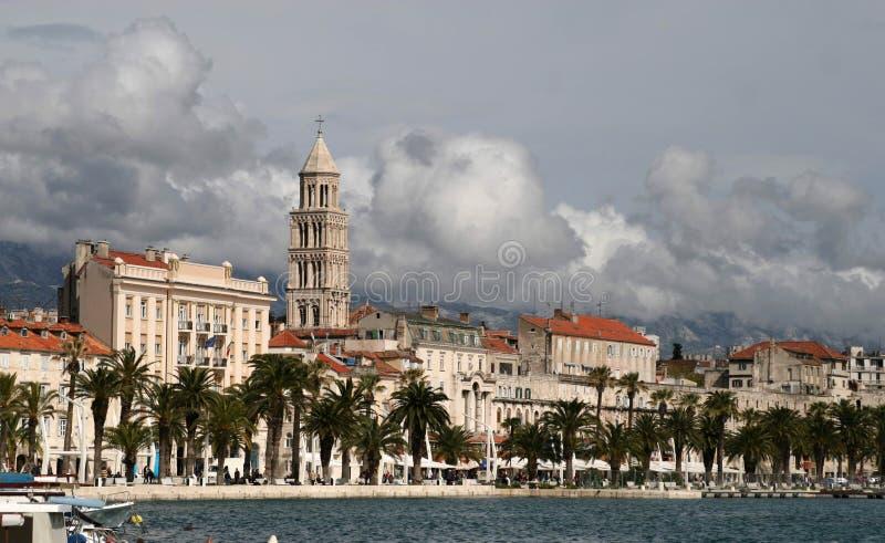 Strandbyggnader, splittring, Kroatien royaltyfri foto