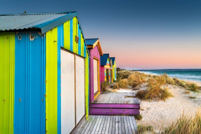 Strandcabines bij zonsondergang op Chelsea-strand, Victoria, Australië royalty-vrije stock foto's
