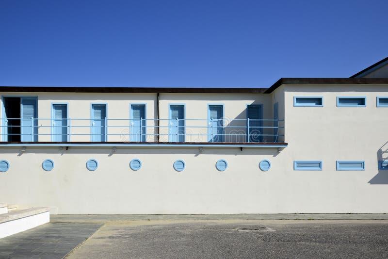 Strandcabines in de 20ste eeuwarchitectuur in Viareggio stock foto's