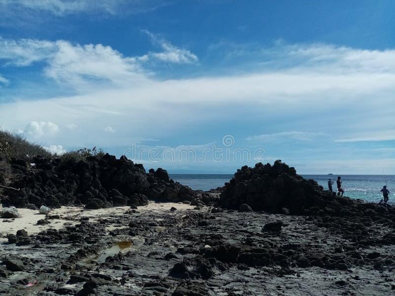Stranddagsljus - rockview och moln arkivfoto