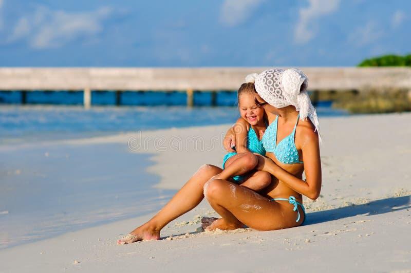 stranddotter henne tropiskt barn för moder fotografering för bildbyråer