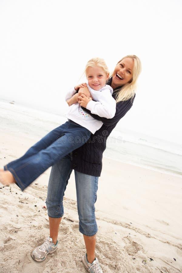 stranddottergyckel som har feriemodern royaltyfri bild