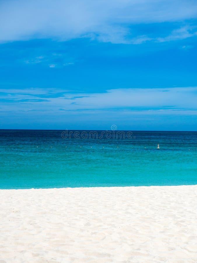 Strandeenzaamheid in Aruba met perfecte blauwe hemel stock foto's