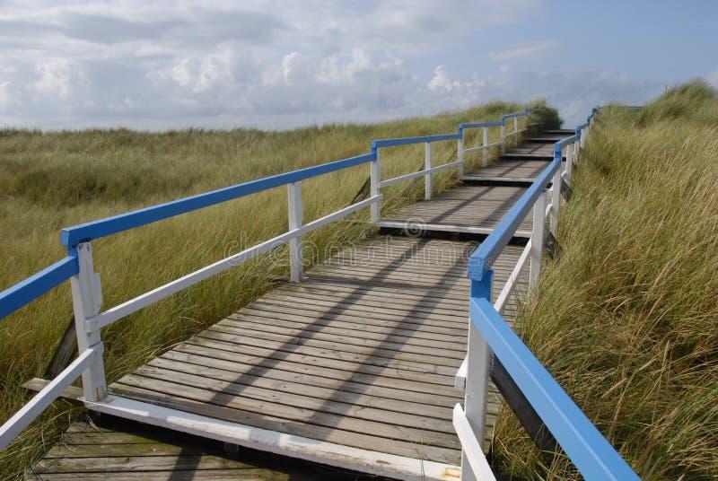 Strandeingang über hölzernen Gehweg lizenzfreies stockbild