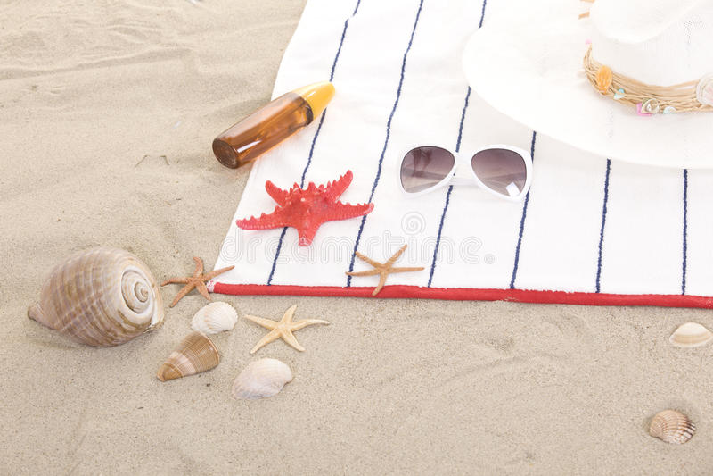 Strandeinzelteile auf Sand für Spaßsommer stockfotografie