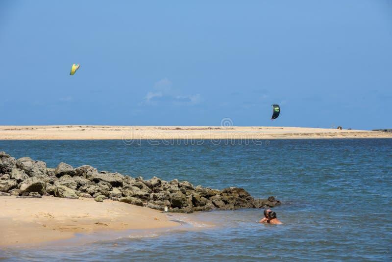 Stranden av Barra de Cunhau n?ra Pipa p? Brasilien arkivfoto