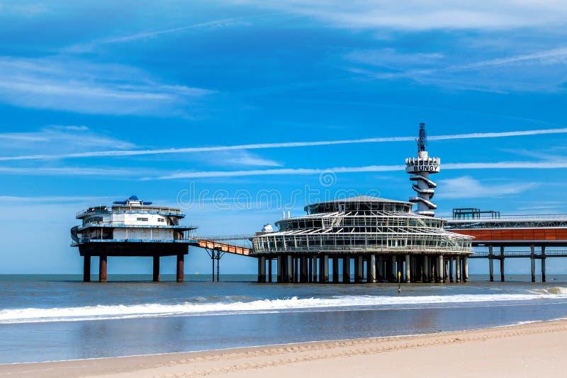 Stranden av Scheveningen som förbiser den gamla pir arkivbild