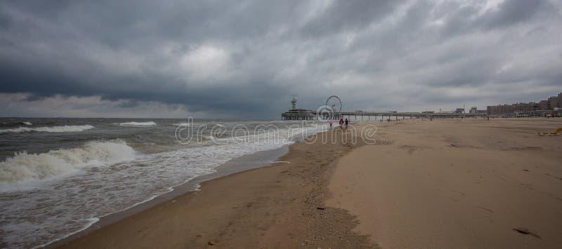 Stranden av Scheveningen som förbiser den gamla pir med bungy-till fotografering för bildbyråer