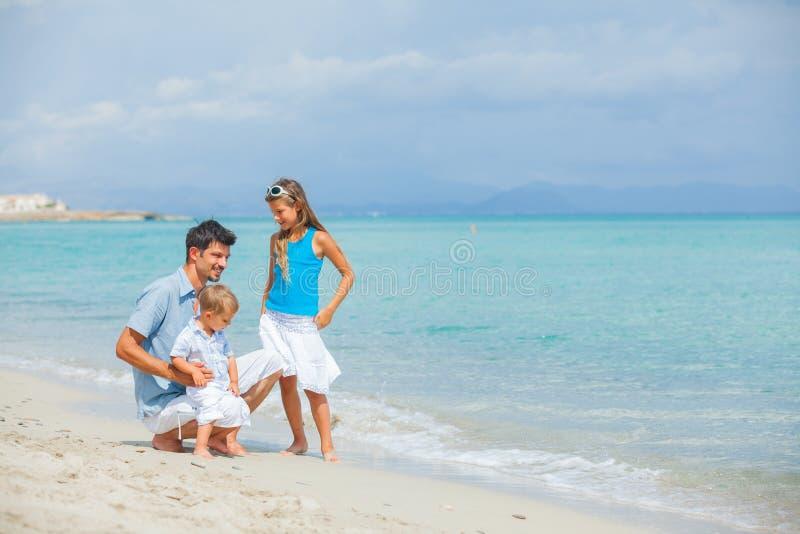 stranden avlar henne semestern för ungar två royaltyfria bilder