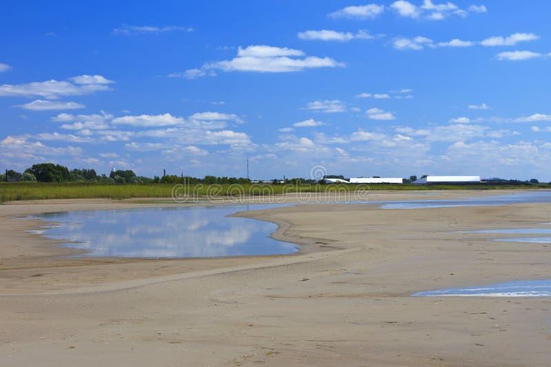 Stranden bak Pärnuen royaltyfri foto