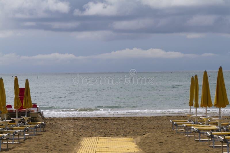 stranden chairs däcket arkivbild
