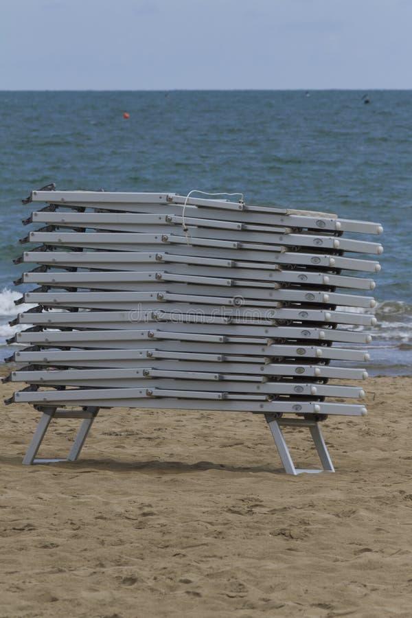 stranden chairs däcket arkivbilder