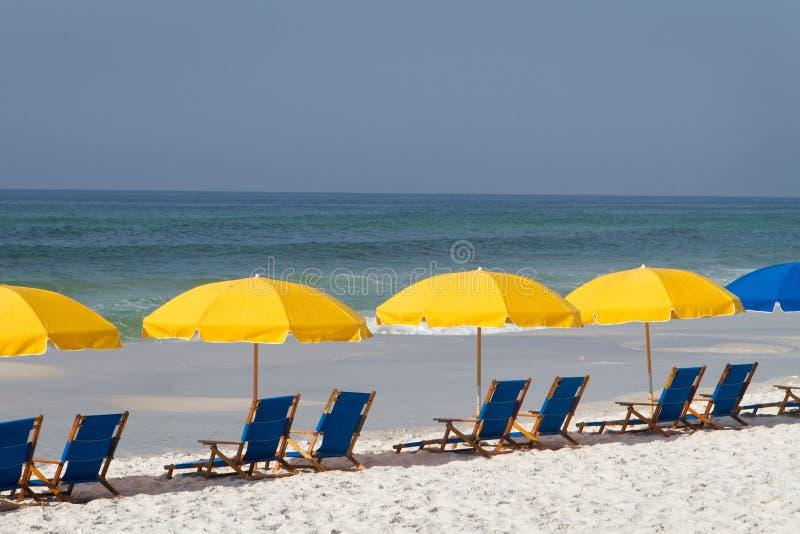 stranden chairs paraplyer royaltyfria foton