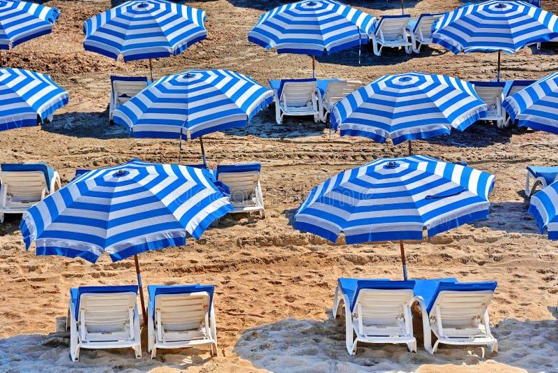 stranden chairs paraplyer royaltyfri bild