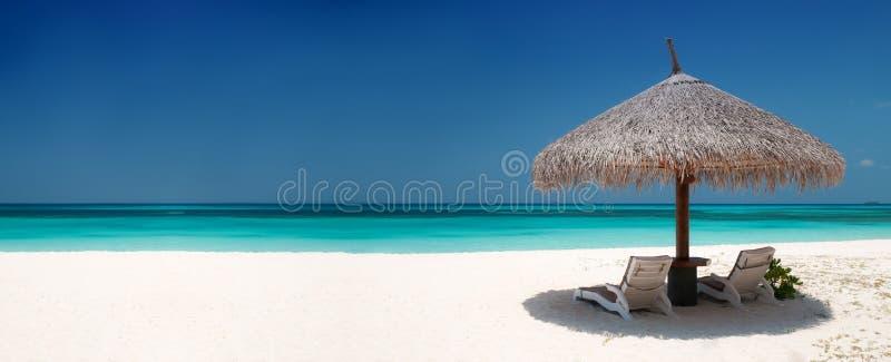 stranden chairs paraplyet fotografering för bildbyråer