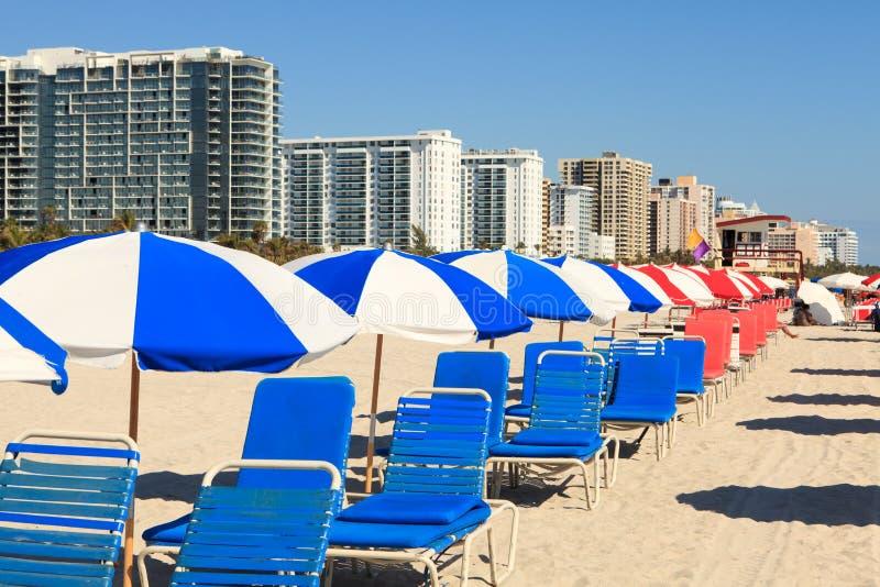 stranden chairs södra paraplyer för den färgrika vardagsrumen arkivbild