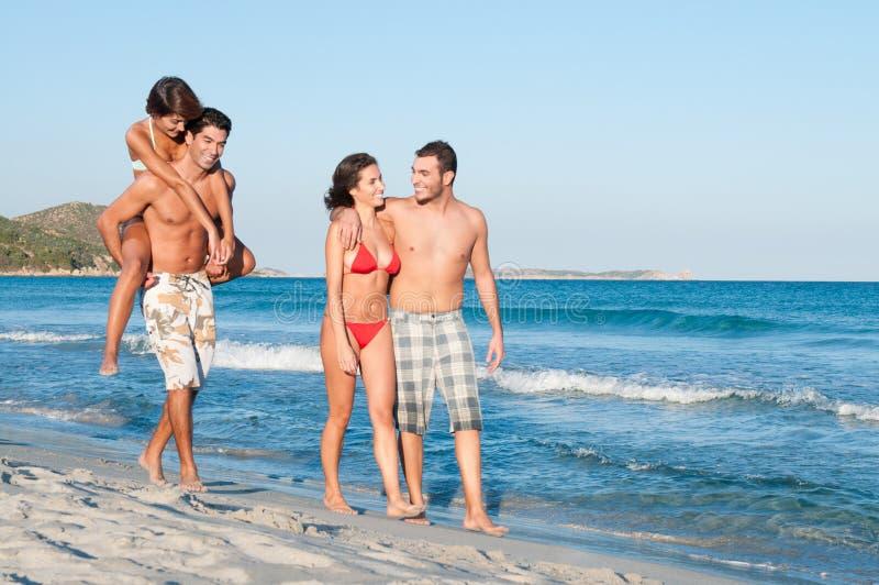 stranden förbunde lyckligt royaltyfria bilder