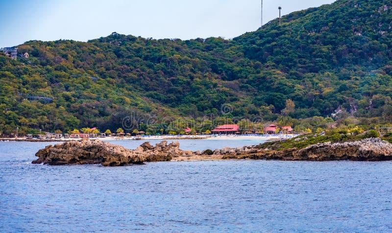 Stranden förlägga i barack förgånget vaggar arkivbild