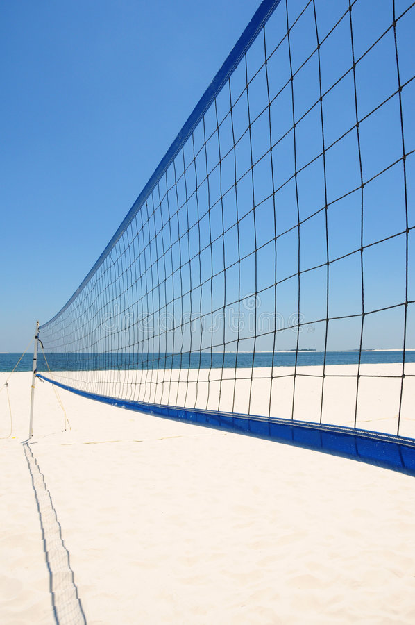 stranden förtjänar volleyboll royaltyfria foton