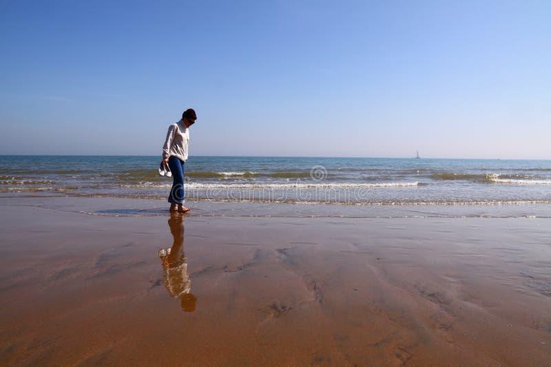 stranden går fotografering för bildbyråer