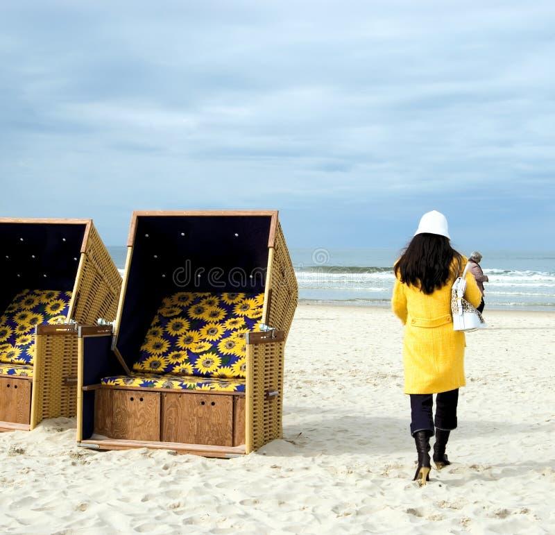 stranden går yellow royaltyfria bilder