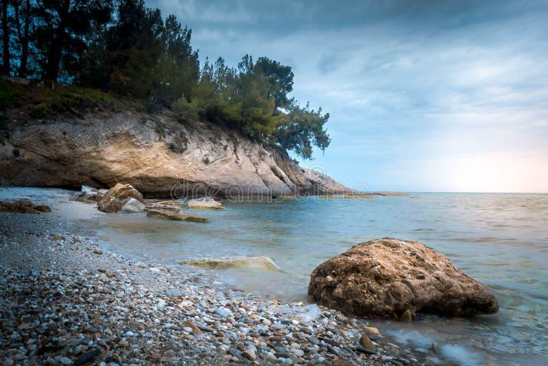 Stranden i den Thassos ön med vaggar royaltyfri foto
