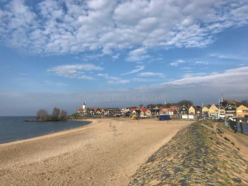 Stranden i det Nederländerna A stället kallade Urk royaltyfri bild