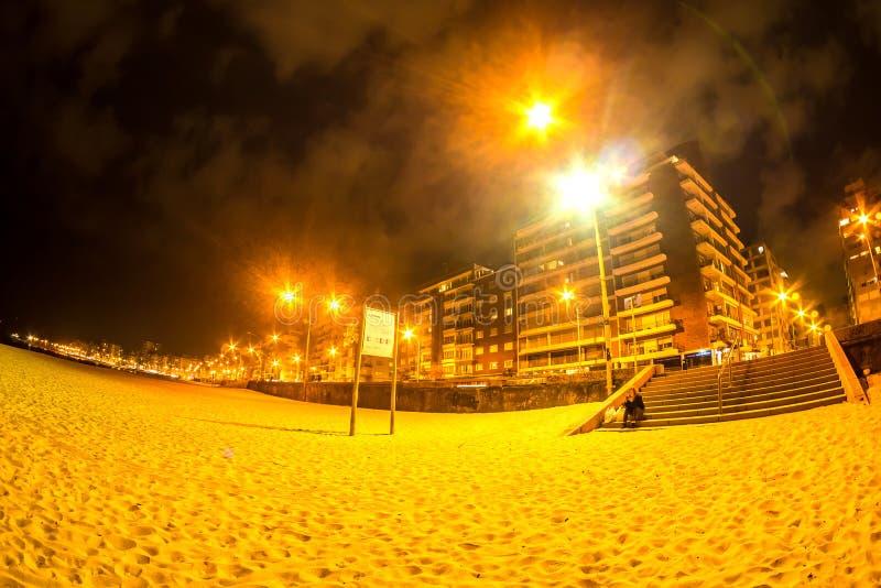 Stranden i Montevideo i Uruguay på natten arkivfoto