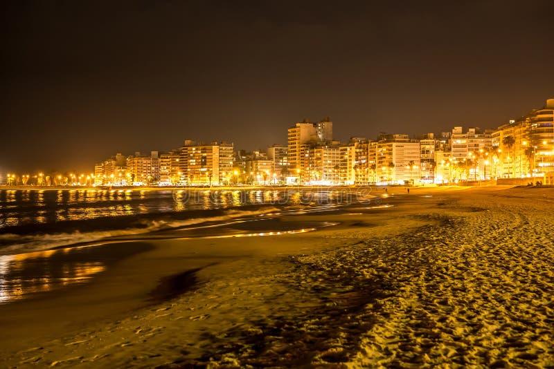 Stranden i Montevideo i Uruguay på natten arkivfoton