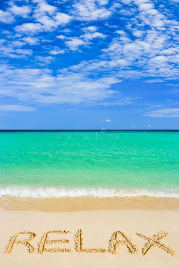 stranden kopplar av ord royaltyfri foto
