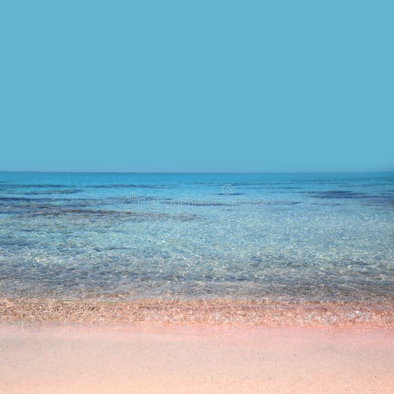 Stranden med kristallen bevattnar den Elafonisi Kreta royaltyfri foto