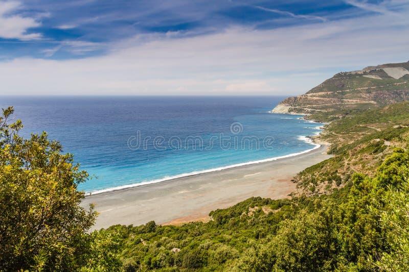 Stranden och den övergav asbestminen nära Nonza i Korsika arkivbild