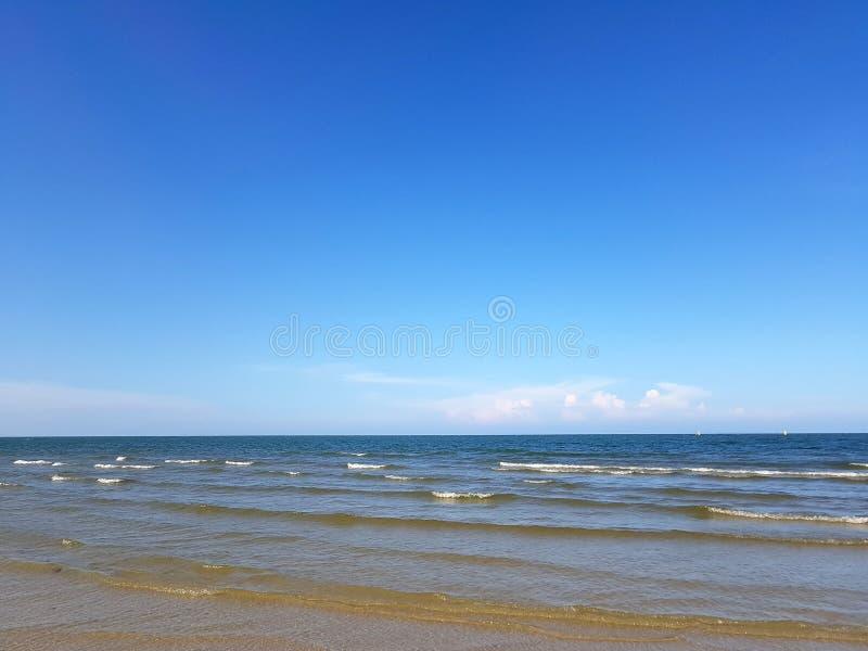 Stranden och himlen royaltyfria bilder