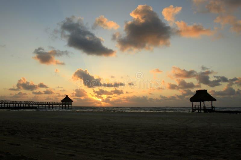 Stranden och kojorna på Vidanta Riviera Maya royaltyfria foton