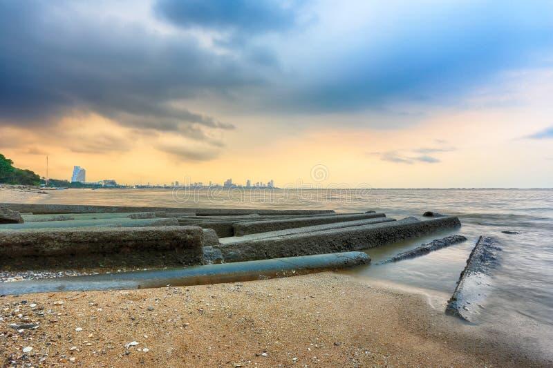 Stranden in schemeringtijd op een stille dag royalty-vrije stock foto