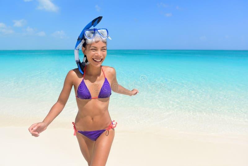 Stranden semestrar - asiatisk kvinnasimning som har gyckel royaltyfri fotografi
