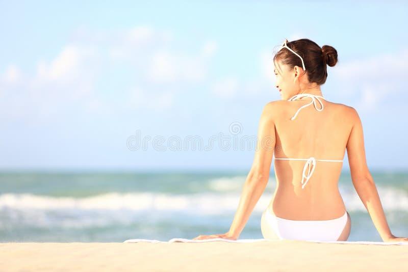stranden semestrar kvinnan arkivfoto