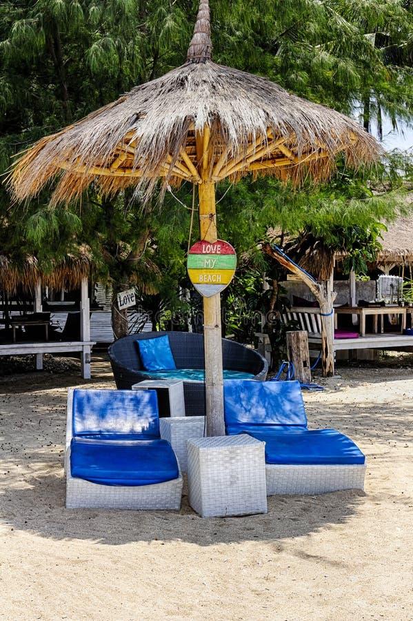 Stranden semestrar på den favorit- stranden för öar, en favorit- chaise arkivfoto