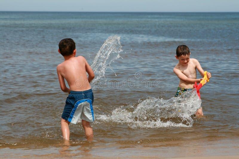 stranden tycker om roliga waves fotografering för bildbyråer
