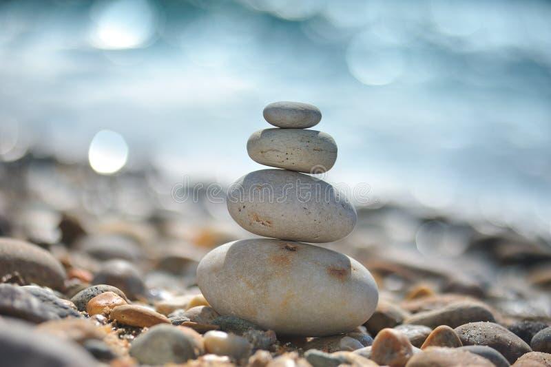 stranden vaggar zen arkivfoto