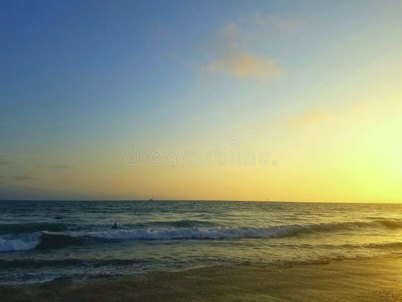 strandexponeringsfeelen ger långsamma slappa waves för solnedgång mycket arkivfoton