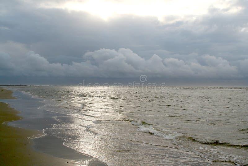 strandexponeringsfeelen ger långsamma slappa waves för solnedgång mycket royaltyfri fotografi