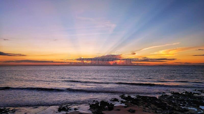 strandexponeringsfeelen ger långsamma slappa waves för solnedgång mycket royaltyfri bild