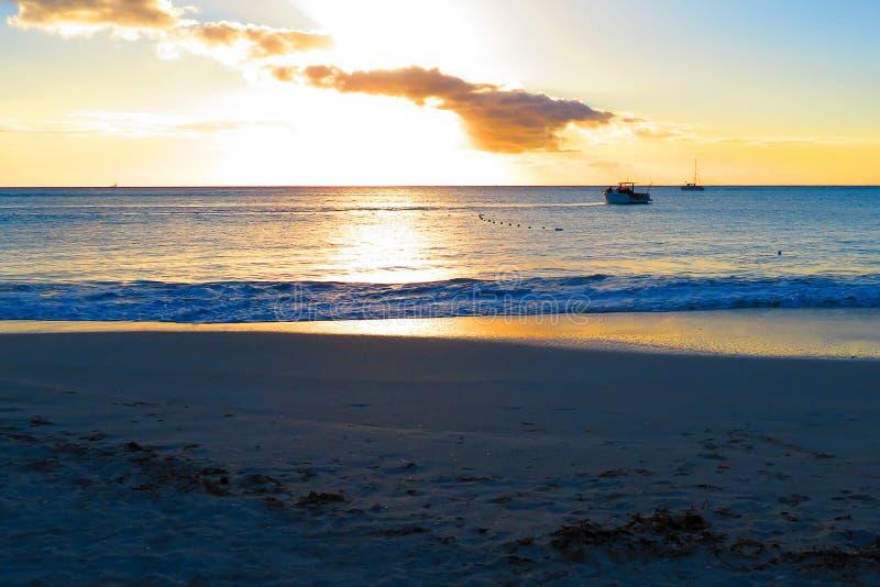strandexponeringsfeelen ger l?ngsamma slappa waves f?r solnedg?ng mycket royaltyfria bilder