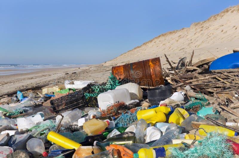 Strandförorening royaltyfri bild