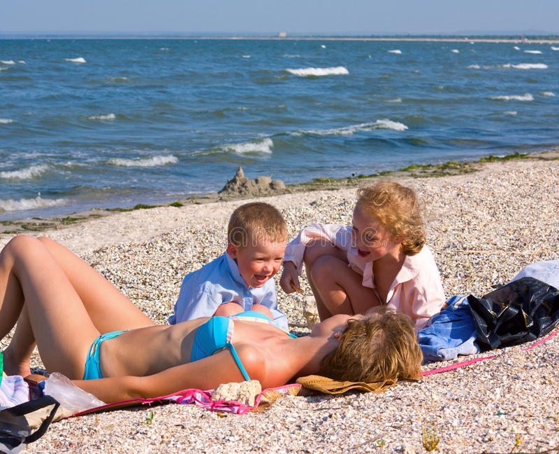strandfamilj arkivfoton
