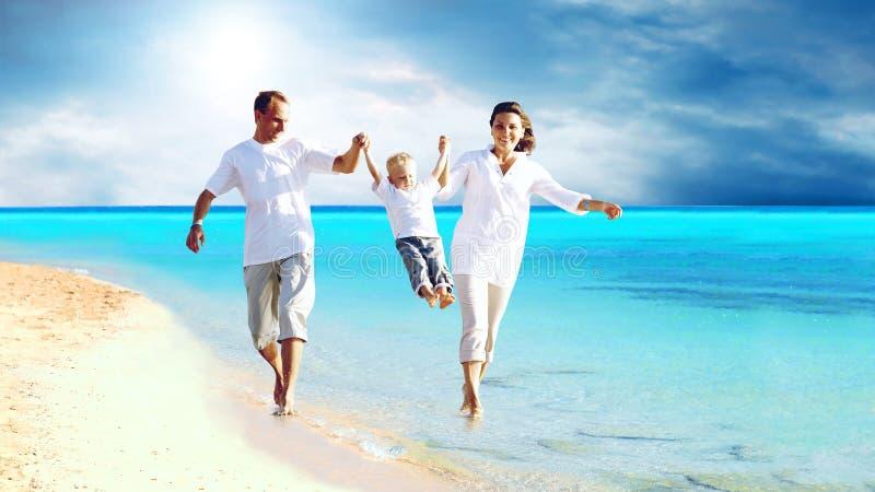 strandfamilj arkivbilder